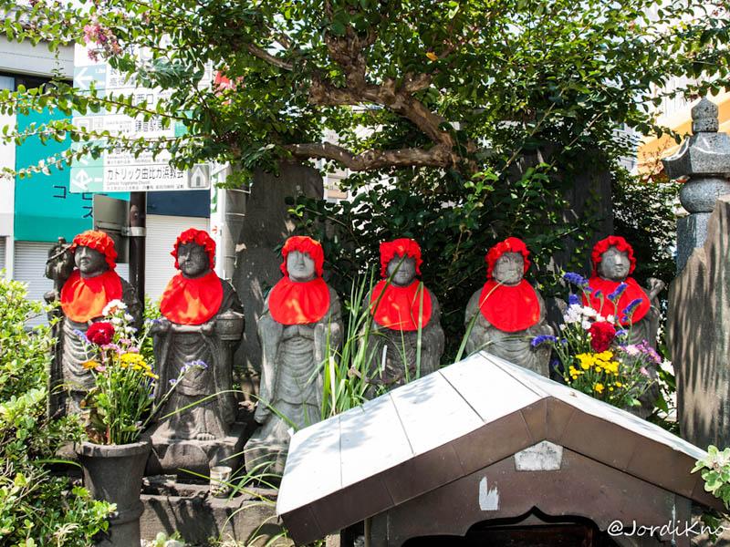Figuras Jizo con gorro y babero rojo