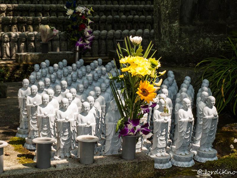 El templo está lleno de figuras Jizo