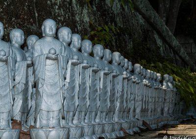 Más figuras Jizo en las escaleras de acceso al segundo nivel del Templo