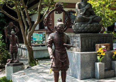 Estatuas de Taishakuten (a la derecha) flanqueado por Kōmokuten (en primer plano) y Tamonten (al fondo)