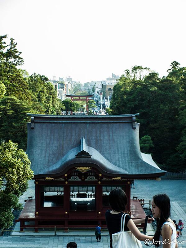 Maiden con el Torii y la Avenida Dankazura al fondo