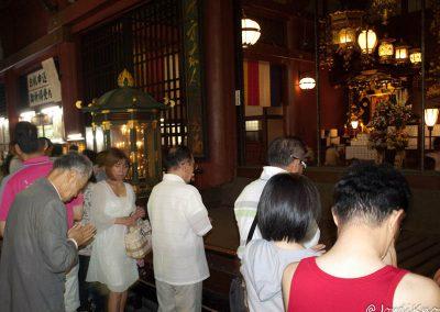 Japoneses rezando al Dios Kannon