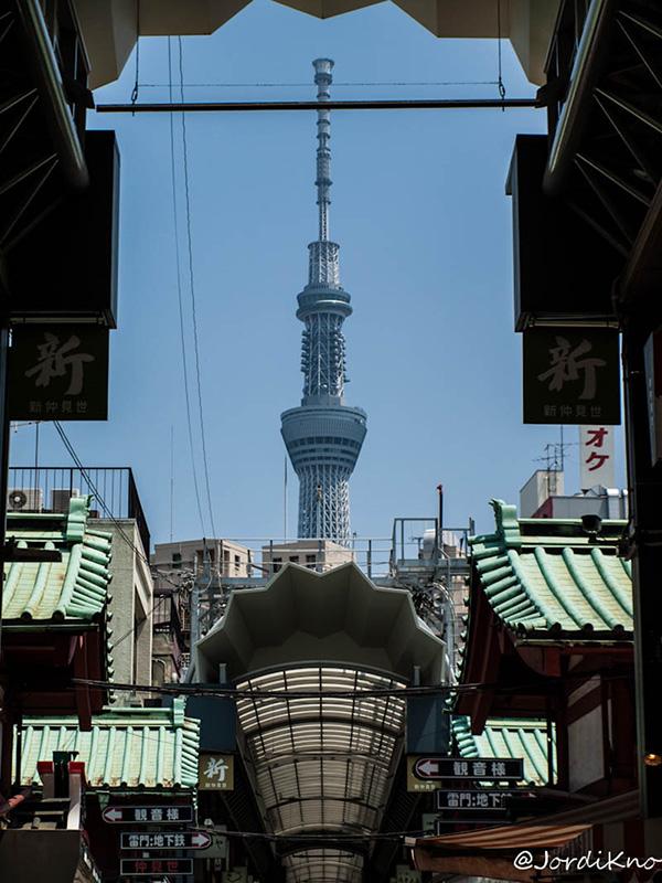 Tokyo Skytree desde las calles de Asakusa