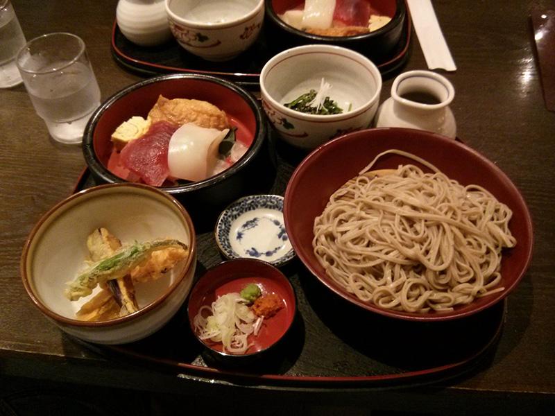 Menú: Udón frío, tempura y Shushi. Espectacular
