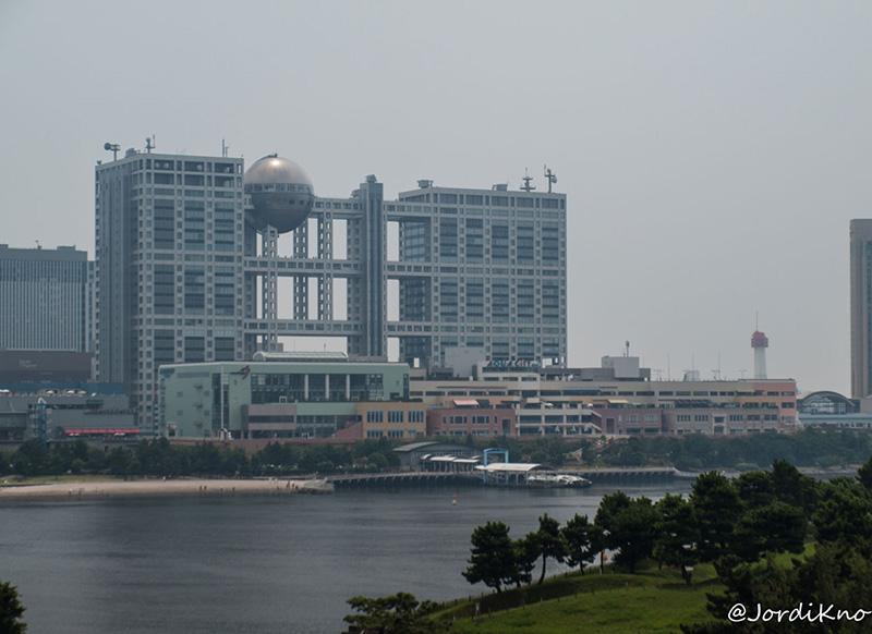 Edificio Fuji TV desde el Puente Rainbow, con el Decks y el AquaCity justo delante