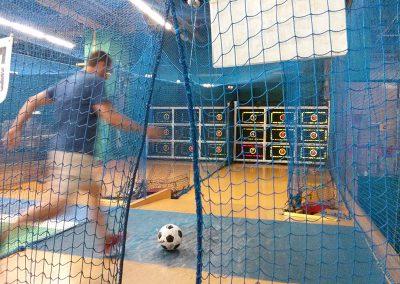 Raúl jugando a la máquina de fútbol