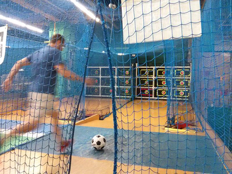 Raúl jugando a la máquina de fútbol en el Palette Town