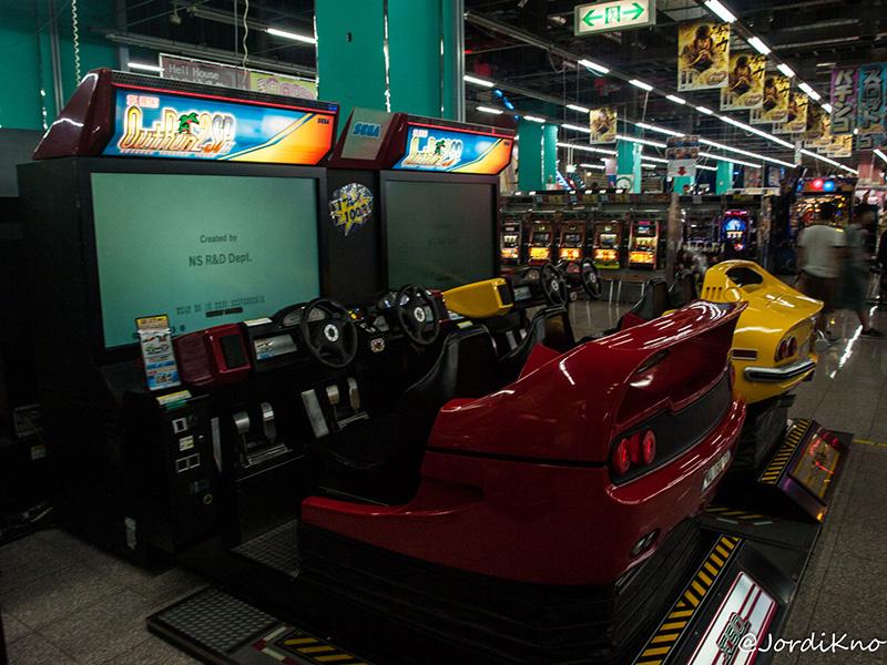 Máquinas recreativas OutRun 2 en el Palette Town