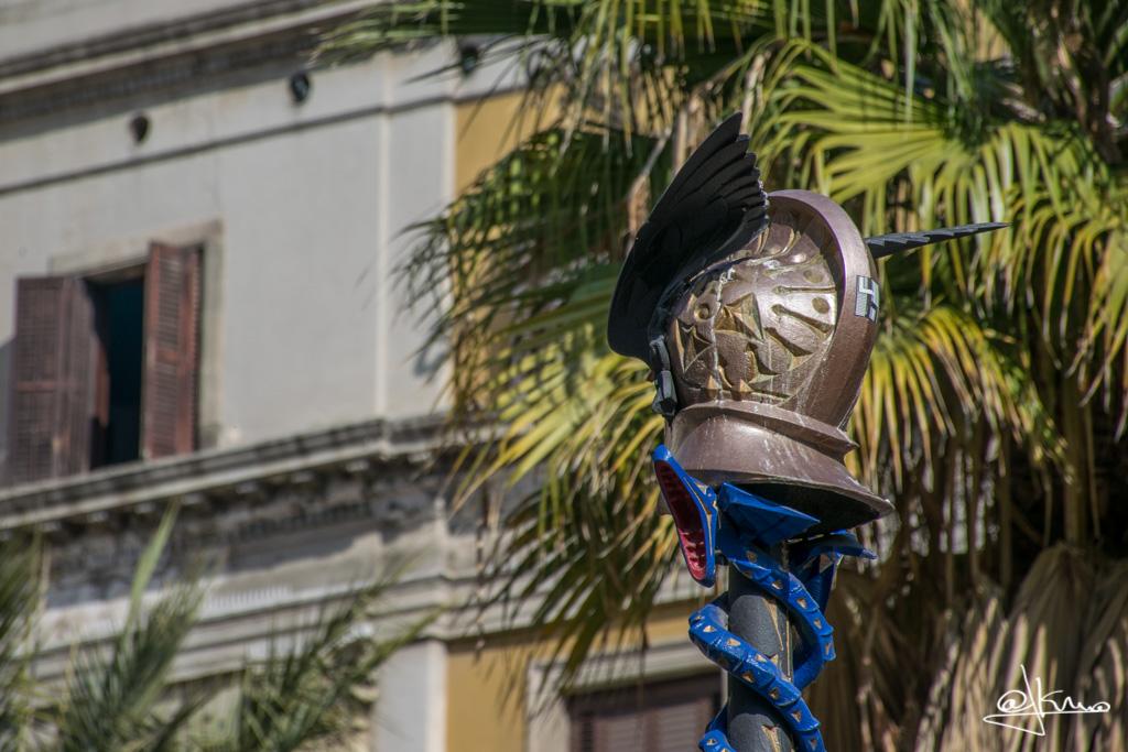 Detalle casco alado y sepientes